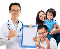 Chinesischer männlicher Arzt und junge geduldige Familie Lizenzfreie Stockbilder