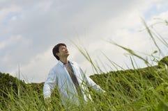Chinesischer Mann, der in der Natur lächelt Lizenzfreie Stockfotos