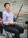 Chinesischer Mann, der die chinesische Violine spielt stockbild