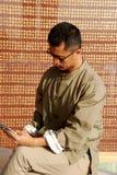 Chinesischer Mann las das Buch Stockfotos