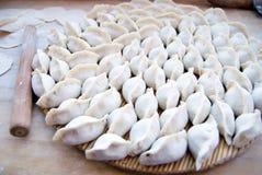 Chinesischer Mehlkloß (Jiaozi) Stockfotos