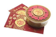 Chinesischer neues Jahr-Kuchen und rote Pakete Stockbild