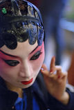 Chinesischer Operenschauspielerin ist Anstrichgesichts-Bühne hinter dem Vorhang Lizenzfreie Stockfotografie