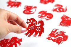 Chinesischer papercutting Tierkreis, Jahr des Hundes Stockbild