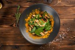 Chinesischer Salat mit H?hner- und des indischen Sesams?l in einem Schwarzblech auf einem h?lzernen Hintergrund stockfotografie