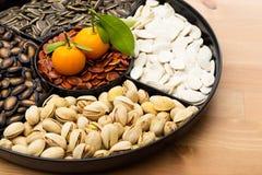 Chinesischer Snackbehälter des neuen Jahres und Zitrusfrucht Lizenzfreies Stockbild