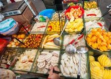 Chinesischer Straßenfruchtwarenkorb Stockfotografie
