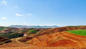 Chinesischer Terrassenbauernhof mit rotem Boden Stockbild