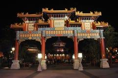 Chinesischer Torbogen in Disney Epcot nachts, Orlando Lizenzfreies Stockbild