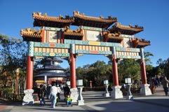 Chinesischer Torbogen in Disney Epcot, Orlando Stockfotos