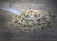 Chinesischer traditioneller Löffel, Reis auf dem alten Holztisch Lizenzfreie Stockfotografie