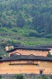 Chinesischer traditioneller Südwohnsitz, Erdschloss unter Bergen Stockfotos