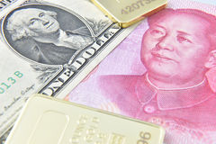 Chinesischer US-Dollar des Yuan//Goldbarren Stockfotos