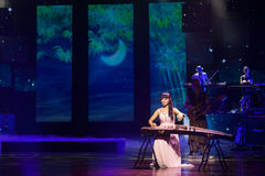 Chinesischer Volksmusikausführender, der Guzheng spielt Stockfoto