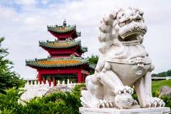 Chinesischer Wächterlöwe und japanische Pagode Zen Garden Stockfoto