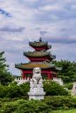 Chinesischer Wächterlöwe und japanische Pagode Zen Garden Stockfotografie