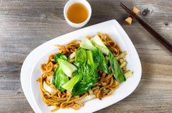 Chinesischer würziger Nudel- und Gemüseteller mit grünem Tee Stockbilder