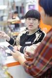 Chinesischer weiblicher Einkaufsführer, luftgetrockneter Ziegelstein rgb Lizenzfreie Stockfotos