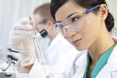 Chinesischer weiblicher Frauen-Wissenschaftler in einem Labor Stockfotografie
