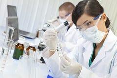 Chinesischer weiblicher Frauen-Wissenschaftler im Labor Lizenzfreies Stockbild