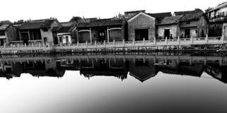 Chinesisches altes Dorf entlang einem Fluss Stockfotos
