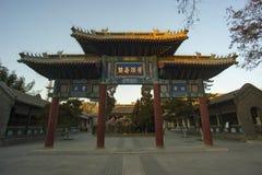 Chinesisches altes Erinnerungstor und alte chinesische Schriftzeichen Stockfotos