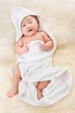 Chinesisches Baby abgedeckt mit weißer Decke Lizenzfreie Stockfotos