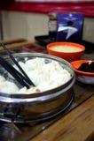 Chinesisches Brötchen auf hölzerner Tabelle mit Suppe Stockfoto