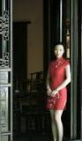 Chinesisches cheongsam Modell im chinesischen klassischen Garten Lizenzfreie Stockfotos