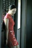 Chinesisches cheongsam Modell im chinesischen klassischen Garten Lizenzfreies Stockfoto