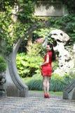 Chinesisches cheongsam Modell im chinesischen klassischen Garten, der mitten in schönem Tor an Qiyuan-Garten steht Stockbild
