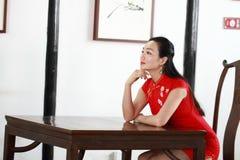 Chinesisches cheongsam Modell Sit auf einem Schemel Lizenzfreie Stockbilder
