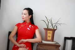 Chinesisches cheongsam Modell Sit auf einem Schemel Lizenzfreies Stockbild