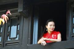 Chinesisches cheongsam Modell stehen das Fenster bereit Lizenzfreie Stockbilder