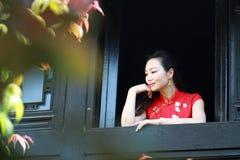 Chinesisches cheongsam Modell stehen das Fenster bereit Lizenzfreies Stockfoto
