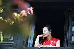 Chinesisches cheongsam Modell stehen das Fenster bereit Lizenzfreie Stockfotografie