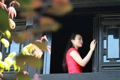 Chinesisches cheongsam Modell stehen das Fenster bereit Stockfotografie