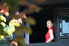 Chinesisches cheongsam Modell stehen das Fenster bereit Stockbild