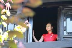 Chinesisches cheongsam Modell stehen das Fenster bereit Stockbilder