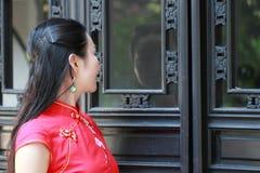 Chinesisches cheongsam Modell stehen das Fenster bereit Stockfotos