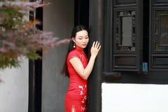 Chinesisches cheongsam Modellspiel in einem berühmten Garten Stockbilder
