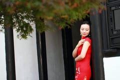 Chinesisches cheongsam Modellspiel in einem berühmten Garten Lizenzfreie Stockfotografie