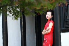 Chinesisches cheongsam Modellspiel in einem berühmten Garten Lizenzfreie Stockbilder