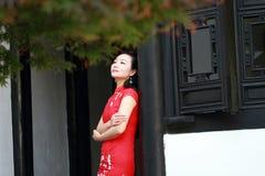 Chinesisches cheongsam Modellspiel in einem berühmten Garten Stockfoto