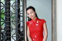 Chinesisches cheongsam Modellspiel in einem berühmten Garten Stockfotos