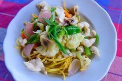 Chinesisches Chop suey Gebratene Teigwaren, Huhn, Gemüse lizenzfreies stockfoto