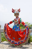 Chinesisches ethnisches Mädchen im traditionellen Kleid lizenzfreies stockfoto