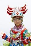 Chinesisches ethnisches Mädchen im traditionellen Kleid Stockbilder
