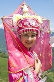 Chinesisches ethnisches Mädchen im traditionellen Kleid Lizenzfreies Stockbild