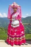 Chinesisches ethnisches Mädchen im traditionellen Kleid Stockfotos